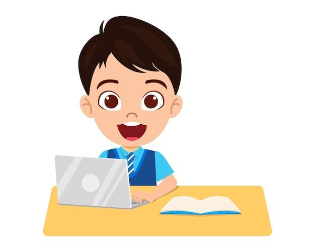 Il ragazzino sveglio felice fa la scuola domestica con il computer portatile del computer si connette a elearning di studio del internet e corso isolato su fondo bianco