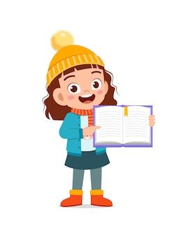 Felice carino ragazzino studia e indossa una giacca nella stagione invernale
