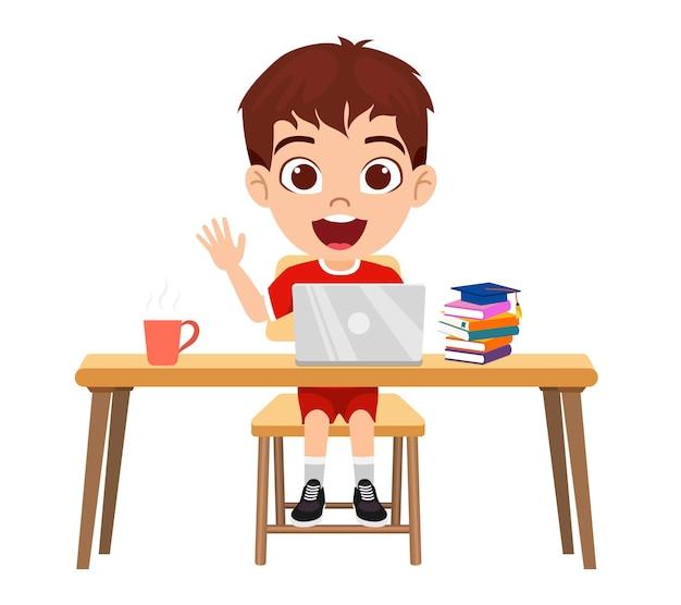 Felice simpatico personaggio ragazzo ragazzo intelligente facendo lezione di e-learning sulla scrivania con laptop, libri, caffè con espressione allegra studio isolato a casa corsi web o tutorial