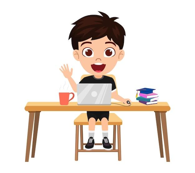 Felice simpatico personaggio ragazzo ragazzo intelligente facendo lezione di e-learning sulla scrivania con laptop, libri, con espressione allegra studio isolato a casa corsi web o tutorial