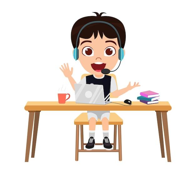 Felice carino ragazzo intelligente ragazzo personaggio facendo lezione di e-learning sulla scrivania con il computer portatile con espressione allegra isolato agitando studio a casa corsi web o tutorial