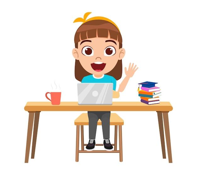 Carattere di ragazza ragazzo carino carino felice facendo lezione di e-learning sulla scrivania con laptop, libri con espressione allegra studio isolato a casa corsi web o tutorial