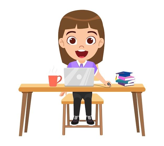 Carattere sveglio felice della ragazza del bambino intelligente che fa lezione di e-learning sulla scrivania con il laptop, studio isolato tazza di caffè a casa corsi web o tutorial