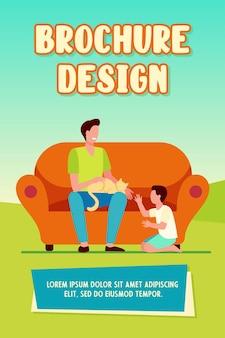 Felice papà con figlio e gatto a casa modello brochure