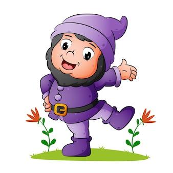 Il nano felice sta ballando e usa il buon costume dell'illustrazione