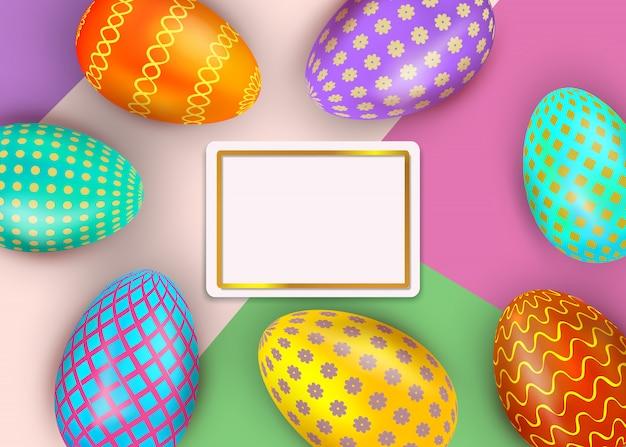 Insegna felice di pasqua con le uova decorate variopinte su fondo astratto con il confine della struttura dell'oro
