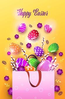 Volantino o biglietto di auguri con uova decorative e fiori nella borsa della spesa