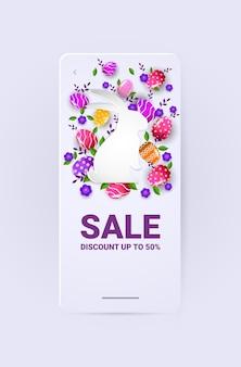 Volantino o cartolina d'auguri dell'insegna di vendita di celebrazione di festa di pasqua felice con le uova decorative nell'illustrazione verticale di forma del coniglio