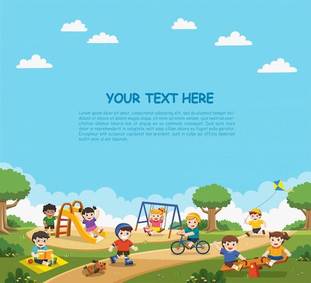 Bambini felici eccitati divertirsi insieme nel parco giochi. i bambini giocano fuori con sfondo arcobaleno. modello per brochure pubblicitarie.