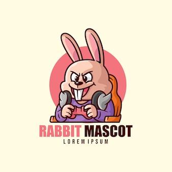 Happy face rabbit playing video game logo della mascotte