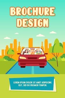 Coppia famiglia felice e due bambini che guidano nel modello dell'opuscolo dell'automobile