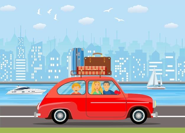Famiglia felice che viaggia in macchina