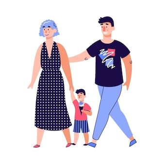 Famiglia felice con il bambino che cammina insieme
