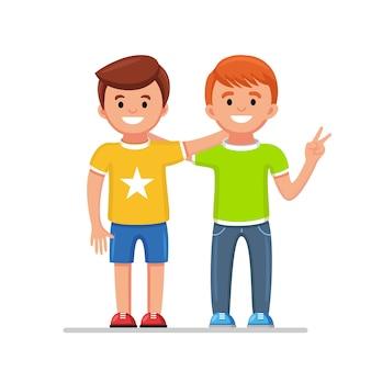 Amici felici isolati su priorità bassa. gli uomini si abbracciano e sorridono. amicizia dei ragazzi