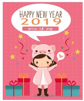 Ragazza felice in costume da maiale rosa per carta di capodanno