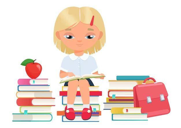 Una studentessa felice che legge un libro aperto nell'istruzione in biblioteca imparando un simpatico lettore di bambini