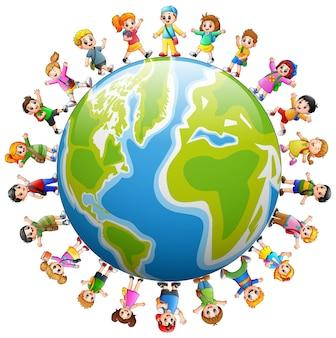 Felice gruppo di bambini in piedi in tutto il mondo