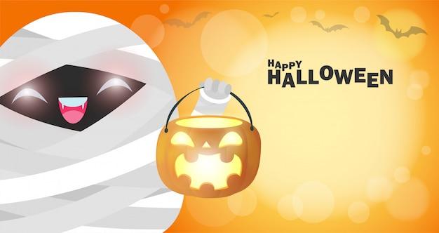 Felice halloween, piccola mummia sveglia che tiene la zucca al chiaro di luna.