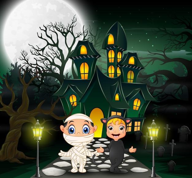 Felice halloween davanti alla casa stregata