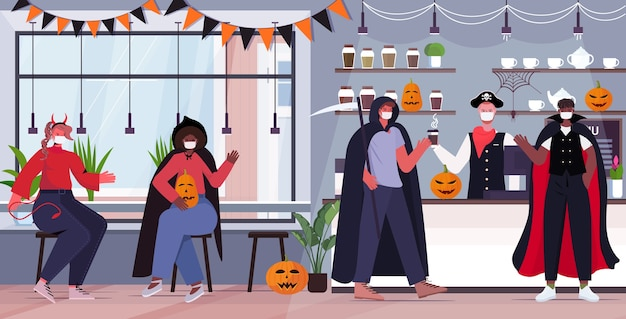 Felice concetto di celebrazione delle vacanze di halloween mescola persone in gara in costumi che indossano maschere per prevenire la pandemia di coronavirus
