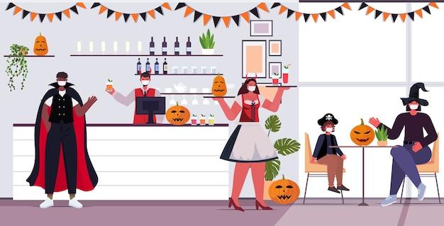 Cameriera felice di concetto di celebrazione di festa di halloween in costume che serve cocktail ai clienti nella caffetteria