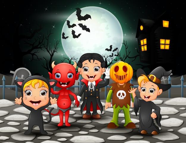 Bambini felici di halloween nella priorità bassa della luna piena