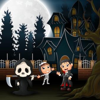 Bambini felici di halloween con casa spaventosa