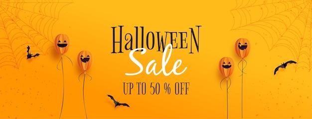 Felice banner di vendita di halloween palloncini fantasma di halloween e pipistrelli volanti su sfondo arancione carta tagliata stile.