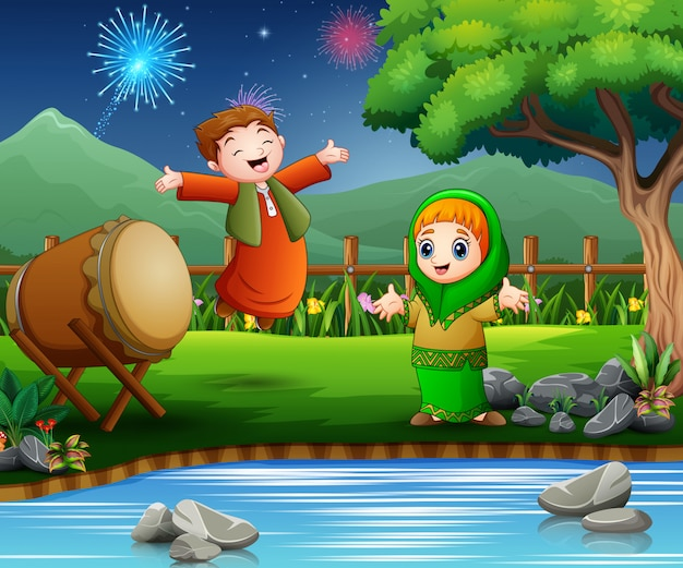 I bambini felici festeggiano per eid mubarak sulla natura Vettore Premium