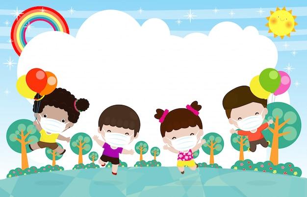 Bambini felici tenendo il pallone che salta sul prato, i bambini giocano correndo insieme, indossano la maschera per il viso per proteggere il virus della corona o il covid 19, proteggere la polvere pm 2.5. distanziamento sociale isolato su erba
