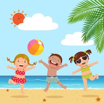 Bambini felici che saltano sulla spiaggia