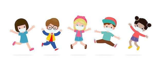 Bambini felici che saltano indossando maschere per il viso per proteggersi dal coronavirus o dal covid 19 isolato su bianco