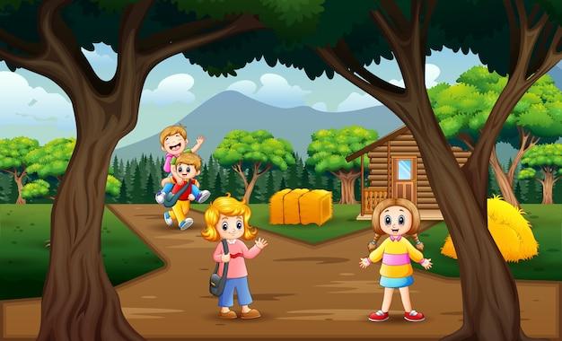 Bambini felici che giocano in campagna