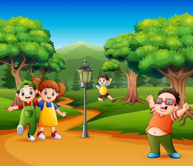 Bambini felici che giocano in giardino