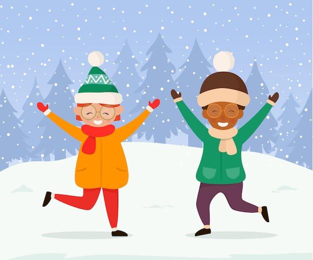 Bambini felici che giocano all'aperto in inverno.