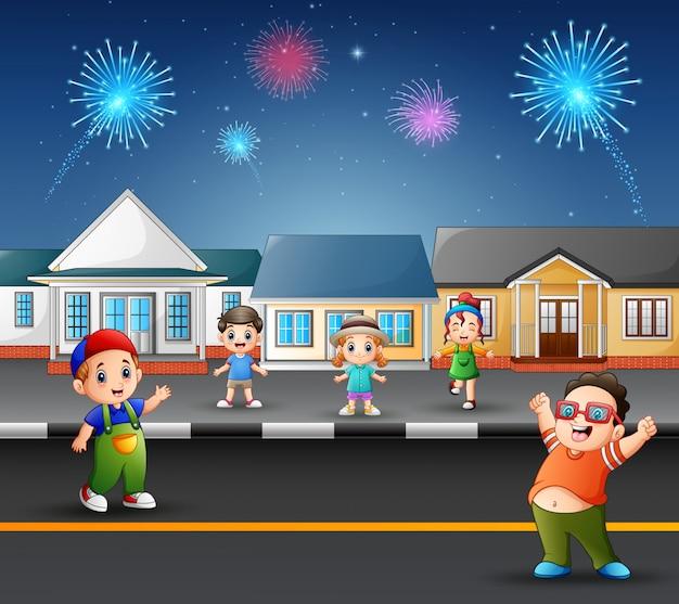 Bambini felici che giocano sulla strada con vista di fuochi d'artificio nel cielo