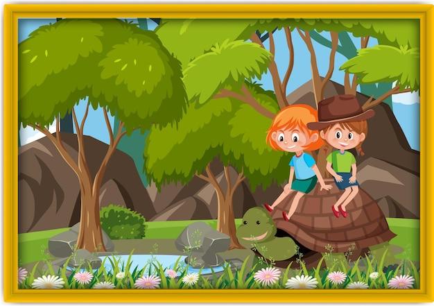 Bambini felici che giocano con una grande foto di tartarughe in una cornice