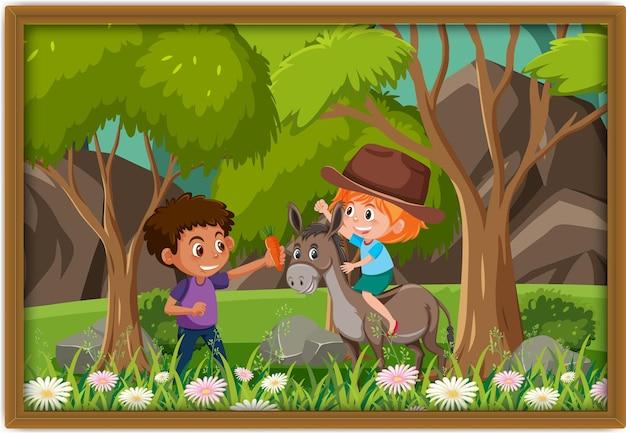 Bambini felici che giocano con la foto di un asino in una cornice