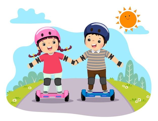 Bambini felici in caschi di sicurezza che guidano su hoverboard nel parco