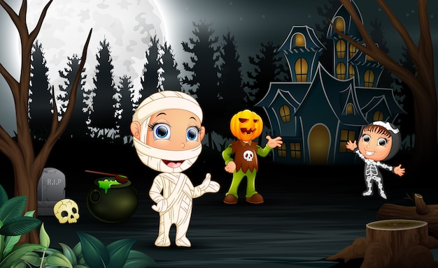 Bambini felici che indossano il costume di halloween nella notte
