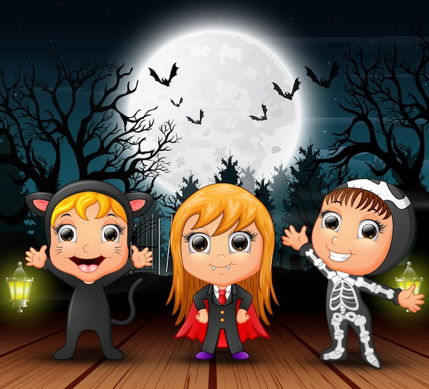 Bambini felici che indossano un costume di halloween di notte
