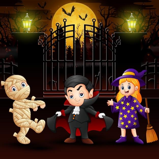 Bambini felici che indossano il costume di halloween all'aperto di notte