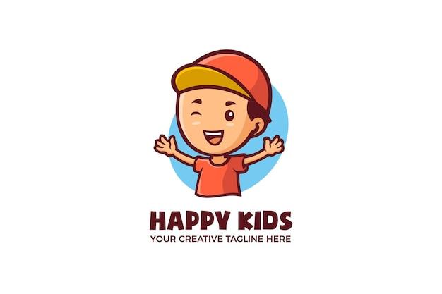 Modello di logo mascotte dei cartoni animati di ragazzino felice