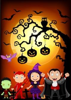 Bambini felici con il costume di halloween