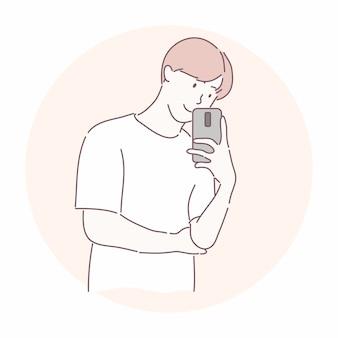 Uomo felice che tiene smartphone. scatta una foto con lo specchio riflesso o scatta una foto a qualcosa.