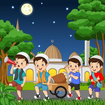 Bambino musulmano felice che celebra eid mubarak con tamburo kentongan e megafono