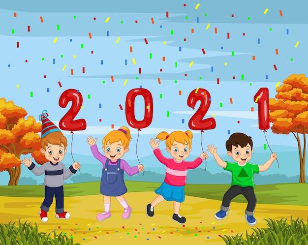 Felice anno nuovo 2021 con bambino in possesso di un palloncino numeri