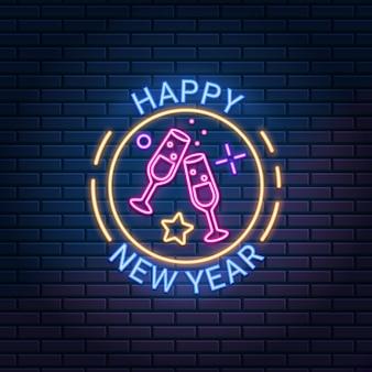 Felice anno nuovo segno al neon contro il muro di mattoni scuri in background.