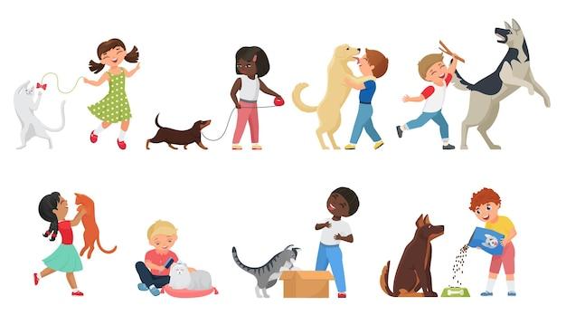 I bambini felici del proprietario dell'animale domestico giocano con i propri animali insieme insieme
