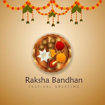 Cartolina d'auguri felice di celebrazione del festival indiano di rakhi con pooja thali creativo e fiore di ghirlanda